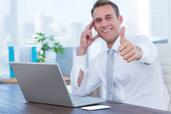 Homme d'affaires de sourire faisant des gestes des pouces  Photos stock