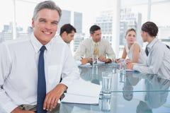 Homme d'affaires de sourire lors d'une réunion Images stock