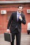 Homme d'affaires de sourire marchant sur la rue Image libre de droits