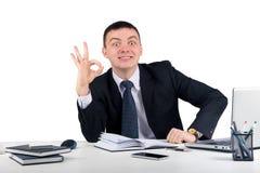Homme d'affaires de sourire montrant le bureau correct de connexion d'isolement sur le fond blanc Photos stock