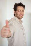 Homme d'affaires de sourire occasionnel montrant des pouces jusqu'à l'appareil-photo Photos stock