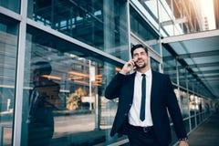 Homme d'affaires de sourire parlant sur le téléphone portable Images libres de droits