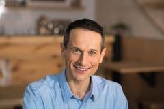Homme d'affaires de sourire regardant l'appareil-photo photographie stock libre de droits