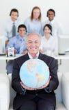Homme d'affaires de sourire retenant un globe terrestre photos libres de droits