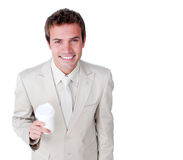Homme d'affaires de sourire retenant une cuvette de boissons photographie stock