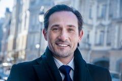 Homme d'affaires de sourire souriant à l'appareil-photo, jour Images libres de droits