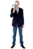 Homme d'affaires de sourire tenant un mégaphone Photo libre de droits