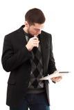 Homme d'affaires de Vaping avec le comprimé Photographie stock libre de droits