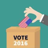 Homme d'affaires de vote de boîte de vote tenant le concept de bulletin de blanc de papier de drapeau américain Bureau de vote Vo Photographie stock