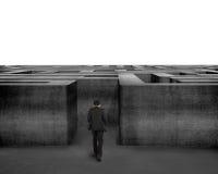 Homme d'affaires de vue arrière marchant vers le labyrinthe du béton 3D Image libre de droits