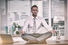 Homme d'affaires de zen faisant la méditation de yoga Photographie stock