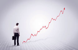 Homme d'affaires debout avec la flèche rouge de graphique Image stock