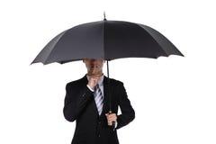Homme d'affaires demandant le silence avec le parapluie Image stock