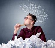 Homme d'affaires derrière le papier chiffonné Images libres de droits