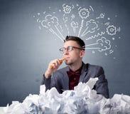 Homme d'affaires derrière le papier chiffonné Photographie stock libre de droits