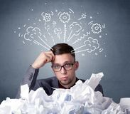 Homme d'affaires derrière le papier chiffonné Image stock