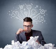 Homme d'affaires derrière le papier chiffonné illustration stock