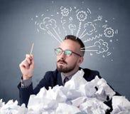 Homme d'affaires derrière le papier chiffonné Photos stock
