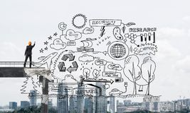 Homme d'affaires dessinant des croquis conceptuels écologiques Images stock