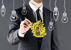 Homme d'affaires dessinant l'ampoule photo libre de droits