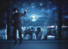 Homme d'affaires dessinant le plan social de connexion de media Images stock
