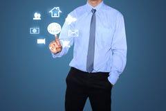 Homme d'affaires dessinant le réseau social Image stock
