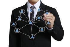 Homme d'affaires dessinant le réseau social Images stock