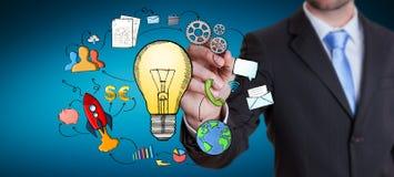 Homme d'affaires dessinant une ampoule avec un stylo avec des icônes de multimédia Photos libres de droits