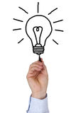 Homme d'affaires dessinant une ampoule comme idée d'affaires photo stock