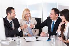 Homme d'affaires deux échangeant la carte de visite Photo libre de droits