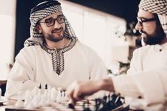 Homme d'affaires deux arabe jouant aux échecs à la table images stock