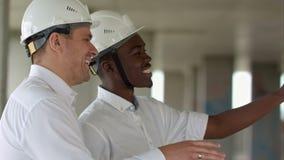 Homme d'affaires deux discutant le projet au chantier de construction banque de vidéos