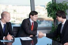 Homme d'affaires deux faisant une poignée de main au-dessus d'une affaire image stock