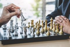 Homme d'affaires deux jouant le jeu d'échecs pour prévoir la stratégie pour le succès, pensant pour la difficulté de franchisseme image libre de droits