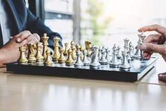 Homme d'affaires deux jouant le jeu d'échecs pour prévoir la stratégie pour le succès, pensant pour la difficulté de franchisseme photo stock