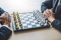 Homme d'affaires deux jouant le jeu d'échecs pour prévoir la stratégie pour le succès, pensant pour la difficulté de franchisseme photographie stock libre de droits
