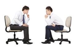 Homme d'affaires deux pensant et regardant photographie stock