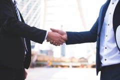 Homme d'affaires deux sûr se serrant la main Associés réussis Affaires de négociation Photos libres de droits
