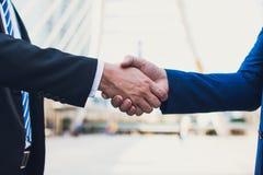 Homme d'affaires deux sûr se serrant la main Associés réussis Affaires de négociation Image libre de droits