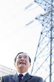 Homme d'affaires devant des lignes électriques Images stock