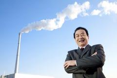Homme d'affaires devant la cheminée Photographie stock libre de droits