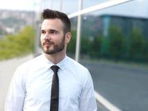 Homme d'affaires devant le lieu de travail photographie stock