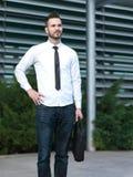 Homme d'affaires devant le lieu de travail photos libres de droits