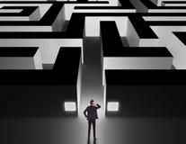Homme d'affaires devant un labyrinthe énorme Images libres de droits