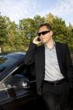 Homme d'affaires devant un véhicule Photographie stock