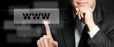 Homme d'affaires dirigeant la barre d'adresse de WWW Concept de Seo, de vente d'Internet et de vente de la publicité L'humain rem images libres de droits
