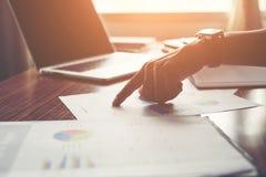 Homme d'affaires dirigeant le doigt analysant le graphique financier de statistiques image libre de droits