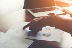 Homme d'affaires dirigeant le doigt analysant le graphique financier de statistiques photos stock