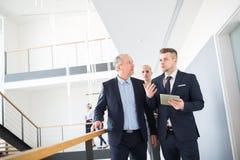 Homme d'affaires Discussing With Colleague tout en abaissant des escaliers Image libre de droits