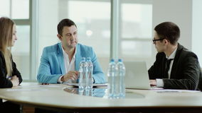 Homme d'affaires discutant un projet clips vidéos